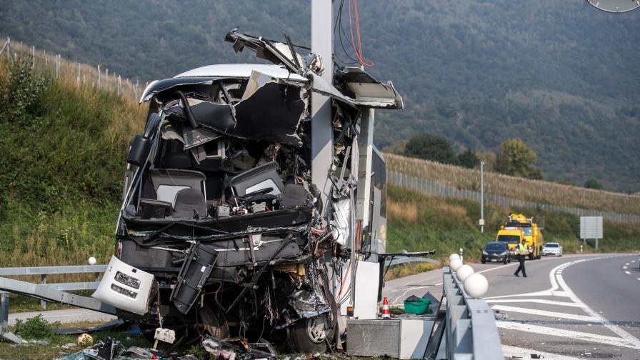 Автобус с деца катастрофира в Швейцария