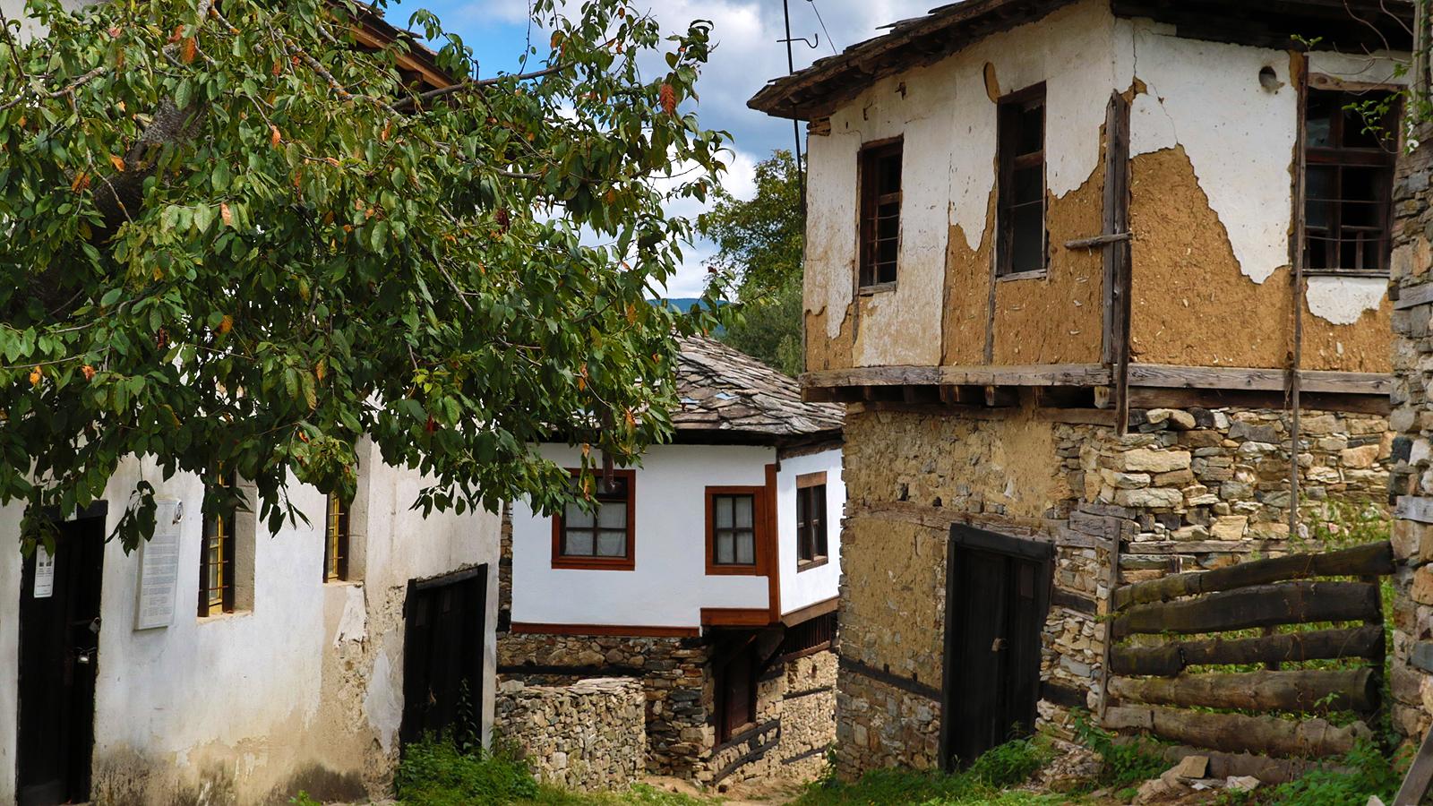 Селото е обявено е за архитектурен резерват. В него има 350 традиционни родопски къщи. Те са покрити с тикли (каменни плочи)