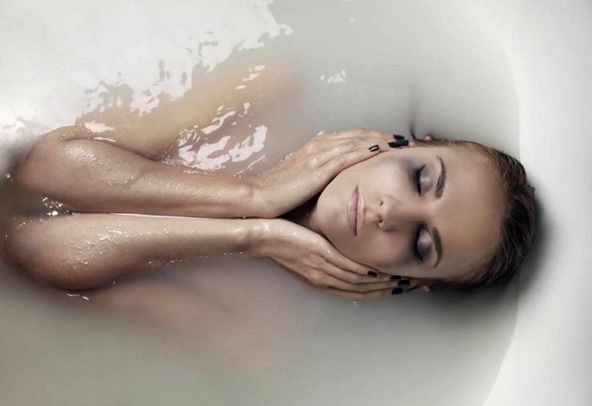 """Изхвърляне на токсини от организма. Тъй като плачът често е предизвикан от стресови ситуации, тялото ни произвежда хормони, които """"излизат"""" от нас чрез сълзите."""