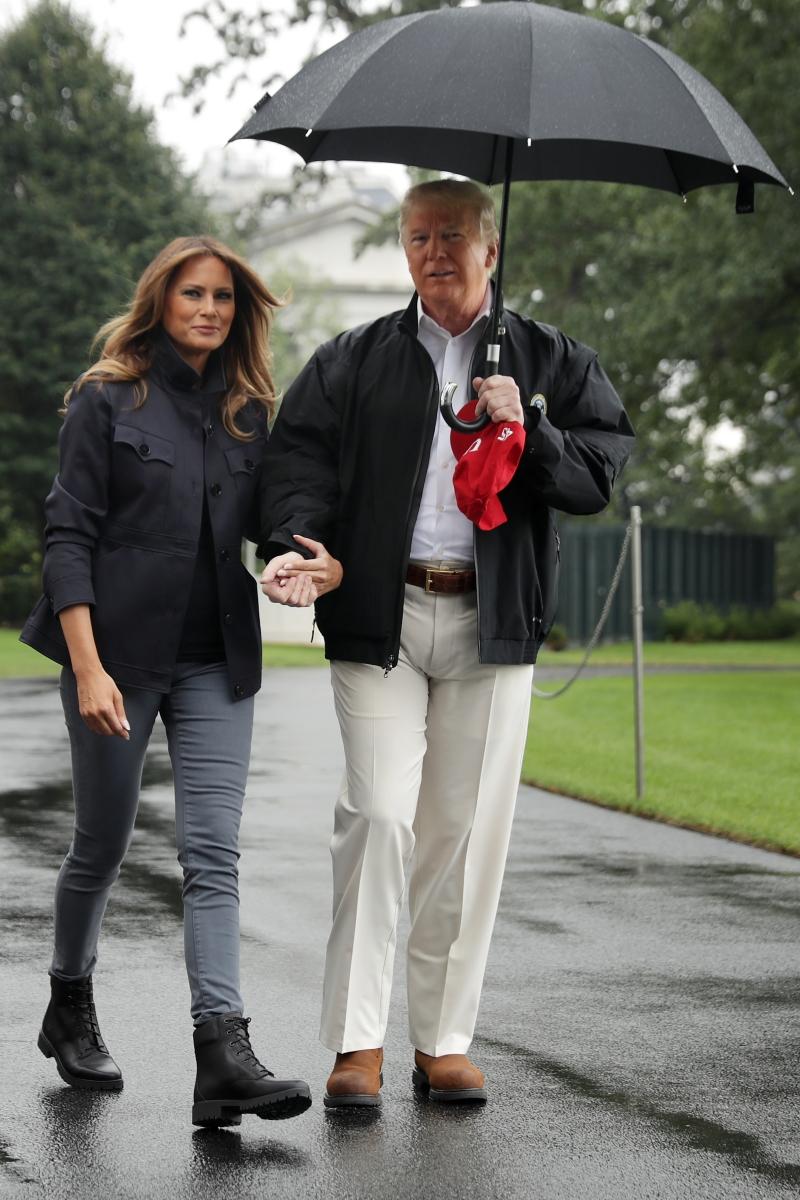 Мелания Тръмп остана под дъжда.