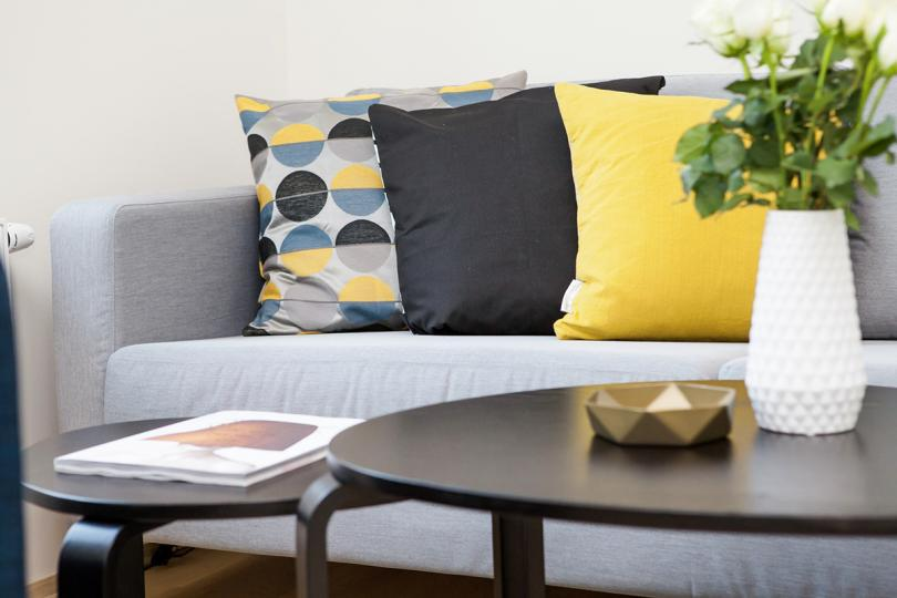 <p>Как да направим хола уютен?</p>  <p>Холът е сърцето на дома и символ на гостоприемството &ndash; според Фън Шуй дизайнът на това помещение повлиява на хармонията в семейството.</p>  <p>Гладки повърхности, растения, холна масичка разположена в центъра на композицията, шкаф с книги, диван с висока облегалка &ndash; елементи осигуряващи хармония и положителна енергия Ци. Не трябва да забравяме и за картините допълващи дизайна и придаващи завършеност на интериора.</p>  <p>&nbsp;</p>