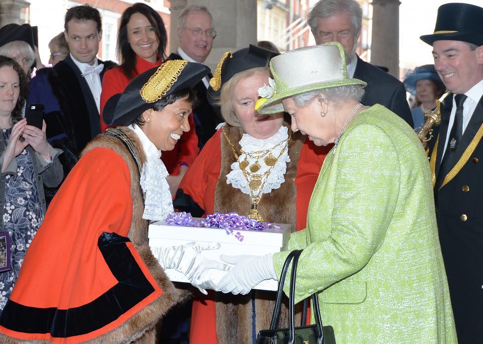 кралица Елизабет подаръци