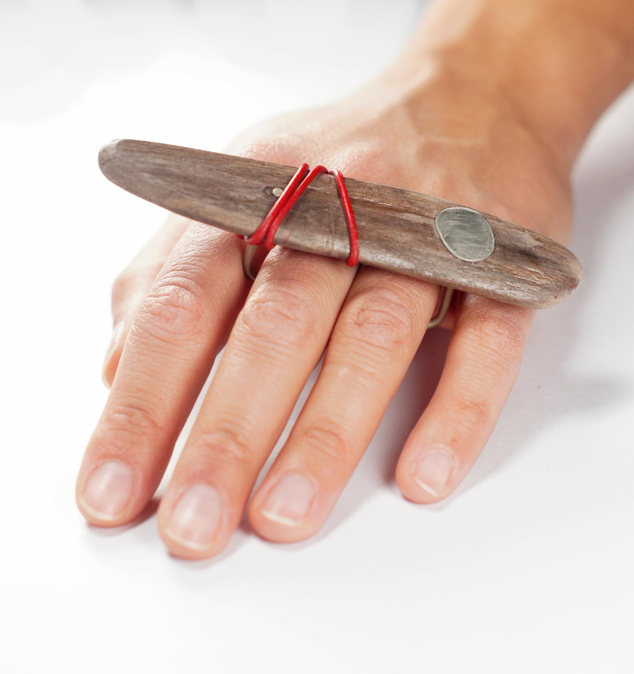 Пръстен `Not so big` - пръстен за два пръста, комбинация от дърво и аплака.