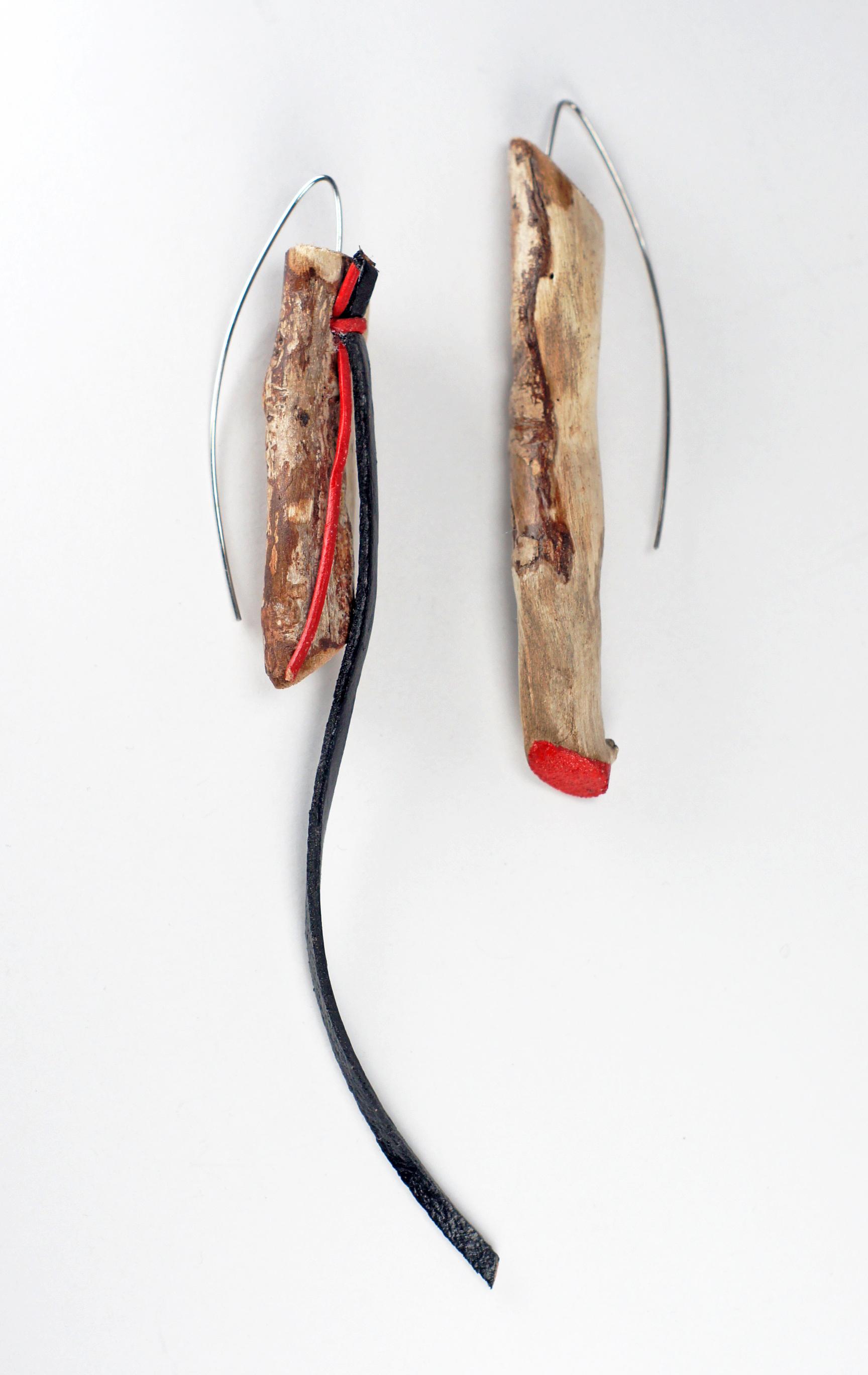 Обици `Red and black`- дръвчетата са намерени по бреговете на река Арда, оцветени ръчно с акрилна боя, използвана е естествена кожа и стоматологична тел.