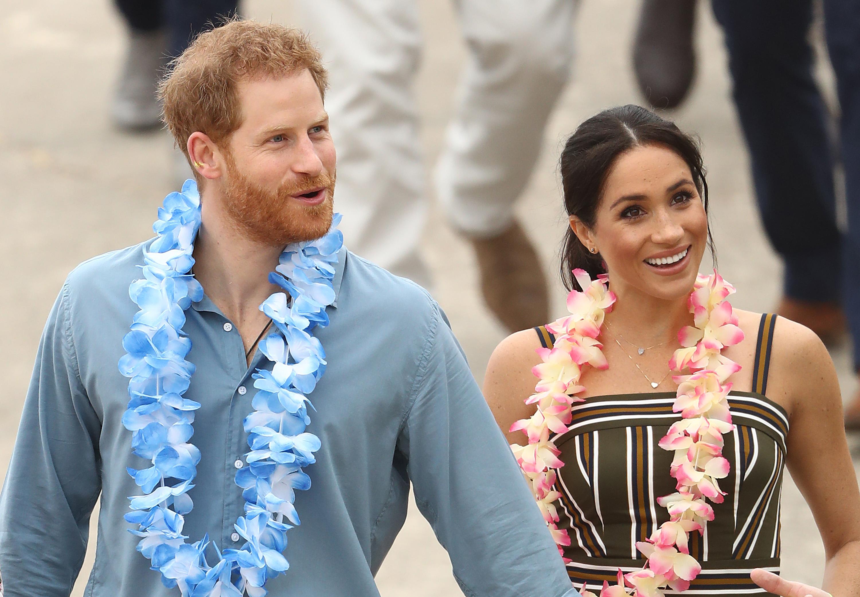"""Херцозите на Съсекс принц Хари и неговата съпруга Меган събуха обувките си, за да стъпят боси на известния плаж Бондай бийч в Сидни, където ги очакваше парти в тяхна чест.<br /> С гирлянди цветя около врата кралските особи седнаха в кръг с членовете на асоциацията """"Уан уейв"""", която пропагандира спортни дейности на открито, за да се преодолеят психологичните проблеми при младите хора."""