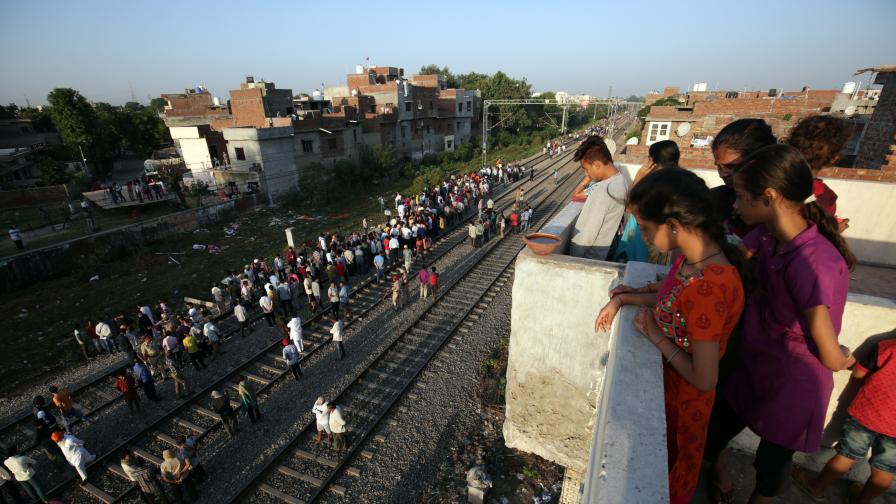 Влак уби 50 души в Индия