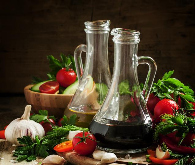 """<p>Той е мощен консервант и се използва при приготвянето на различни видове туршии. Продуктите в него се запазват свежи и много вкусни.</p>  <p>Оцетът е основа за много сосове.&nbsp;<strong>Редуцираният оцет се получава, като се загрява, докато част от водата му се изпари и вкусът стане по-концентриран.</strong></p>  <p>Оцетът е идеален заместител на&nbsp;<strong><a href=""""http://www.edna.bg/svobodno-vreme/za-doma/limonyt-e-kato-storykiia-shiva-4057171"""" target=""""_blank"""">лимоновия сок</a></strong>&nbsp;в много ястия и супи.&nbsp;<strong>Ако зелената салата увехне, можете да я потопите във вода с малко оцет и тя отново ще добие свеж вид.</strong></p>"""