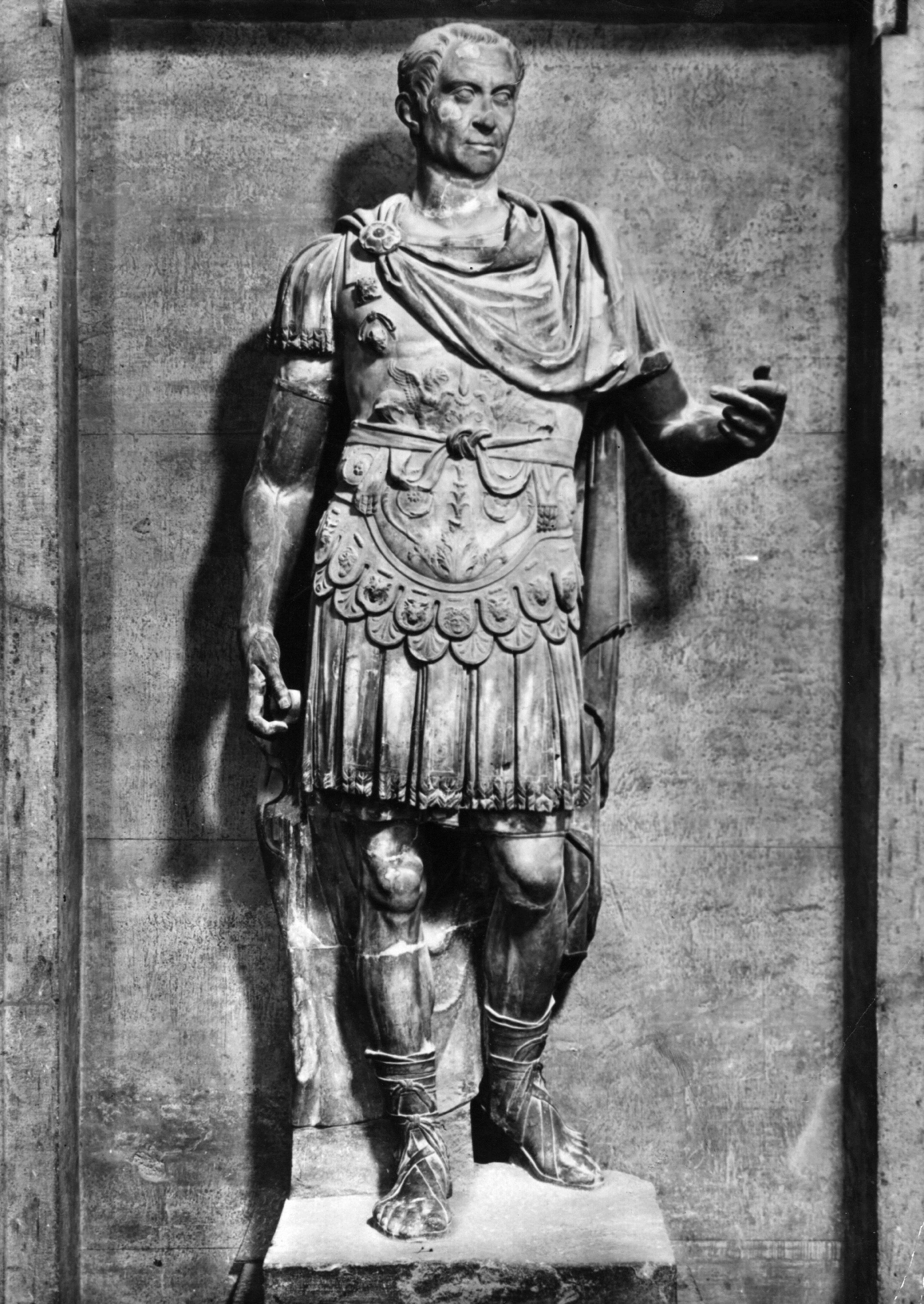 """Юлий Цезар<br /> <br /> Подобно на Кенеди и Юлий Цезар е от онзи вид """"харизматични популисти"""", които изглежда никога не се задържат дълго в политиката. Цезар е бил амбициозен още от ранна възраст. Чрез подкупи, войни и политики той се промъква през римската политическа система, докато не се обявява за """"вечен диктатор"""" на Рим.<br /> <br /> Той в бил по-силен от всеки човек, живял в ранните години на Римската република. Но за много от мъжете в Сената това е бил дълбоко обезпокоителен знак. Заражда се заговор за убийството на Цезар и дори Брут, един от най-доверените хора на Юлий Цезар, се присъединява към заговора."""