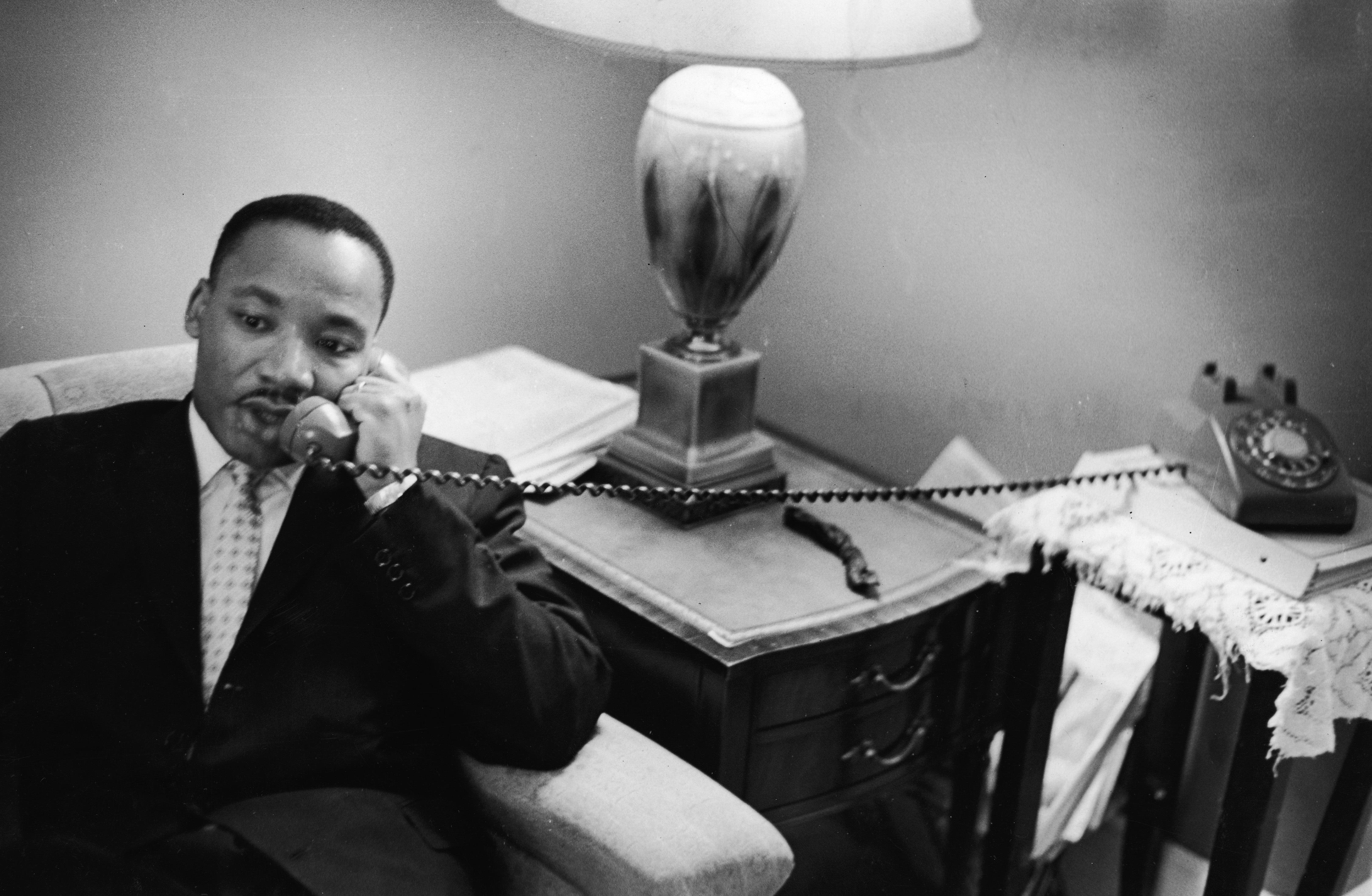Мартин Лутър Кинг<br /> <br /> За борещите се равенство в Америка през 50-те и 60-те години на миналия век, Мартин Лутър Кинг беше икона, различна от всяка друга. Звездата му изгрява през 1955 г., когато е едва 25-годишен. В рамките на едно десетилетие, той държи речи пред на десетки хиляди демонстранти във Вашингтон, и успява да видите най-големите си постижения – Движението за граждански права и Движението за правото на глас – превърнати в закон, съответно през 1964 г. и 1965 г.
