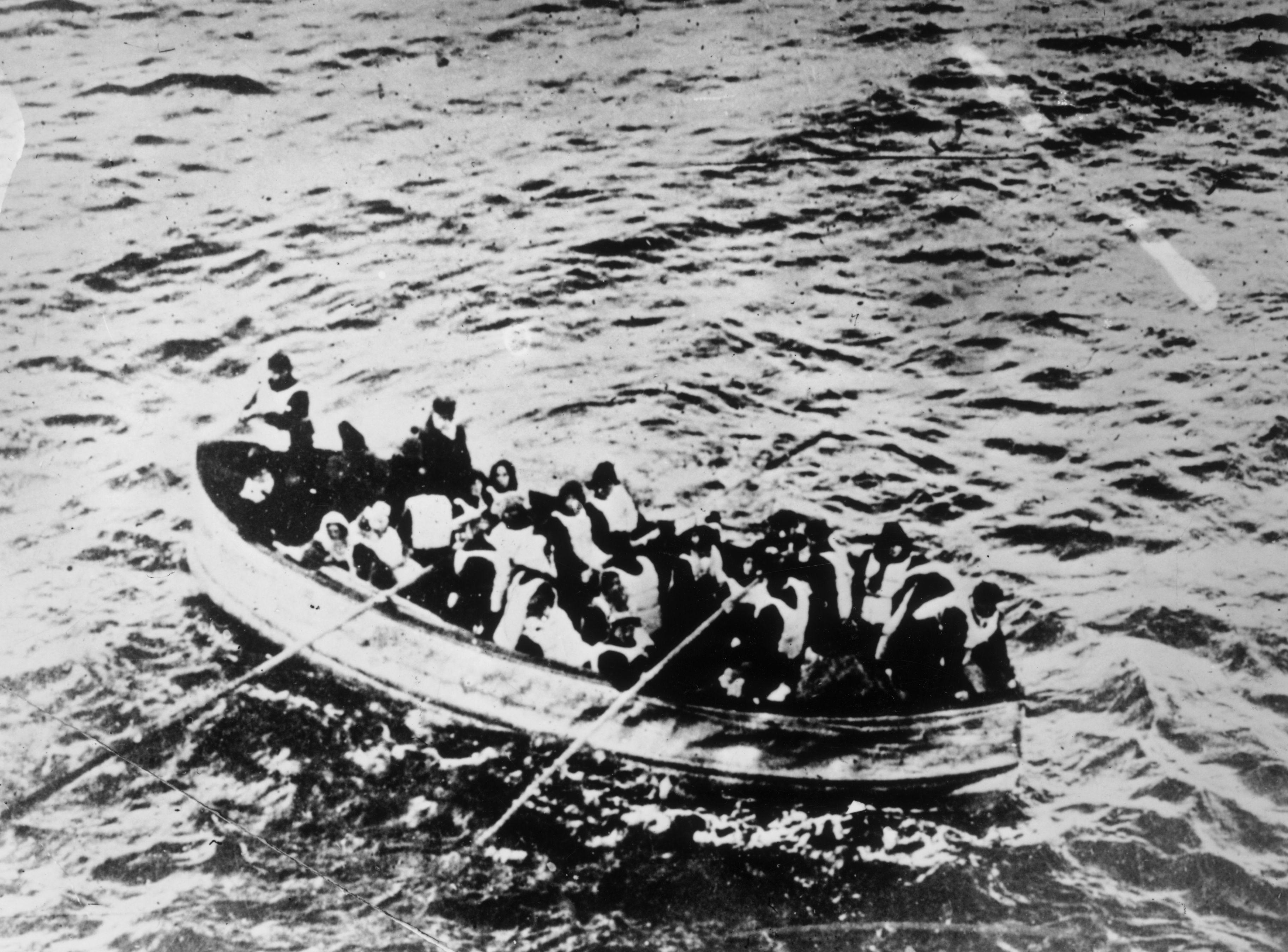 Снимка на оцелели от Титаник в една от спасителните лодки.