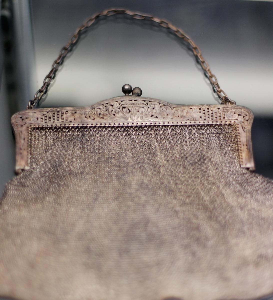 Златна дамска чантичка от Титаник, продадена на търг.
