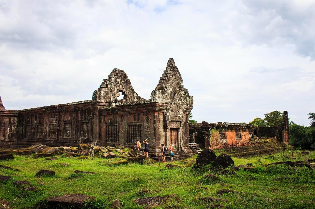 Верен отговор - а) В Азия. Лаоската народнодемократична република е държава в Югоизточна Азия, която граничи с Мианмар и Китай на северозапад, с Виетнам на изток, с Камбоджа на юг и с Тайланд на запад.