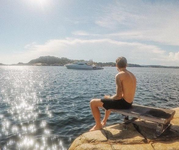 Густав Магнар Витце е най-младият милиардер в света - 25-годишният норвежец притежава 3,2 милиарда долара. Той притежава почти половината от норвежката компания за рибни продукти Salmar, която е един от най-големите производители на сьомга в света. Баща му Густав Витце, който управлява компанията, му е дал този дял през 2013 г.
