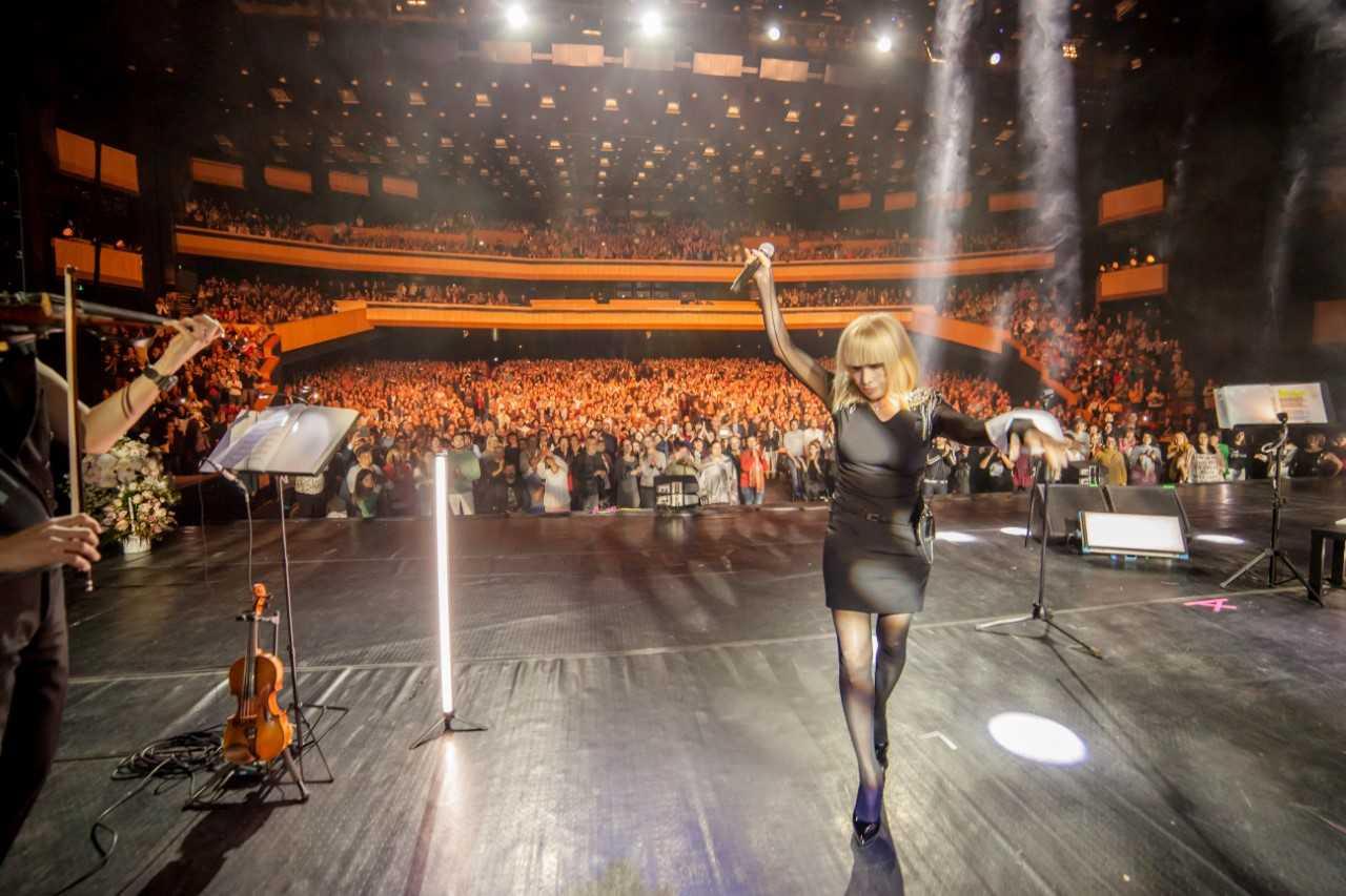 Лили ИвановаВ последните няколко месеца голямата изпълнителка излезе на сцената за 11 концерта в 8 града – Варна, Русе, Благоевград, Ботевград, Свиленград, Плевен, 2 концерта в Пловдив и 3 поредни в София.