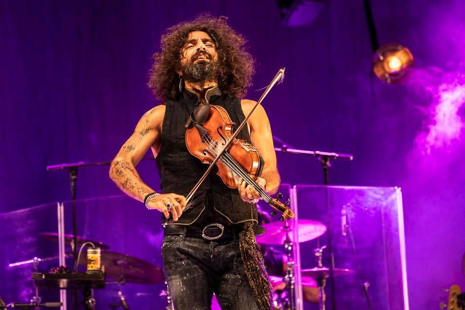 Ара Маликян е роден през 1968 г. в Бейрут. Баща му е арменец любител – цигулар и благодарение на него Ара хваща цигулката още тригодишен.