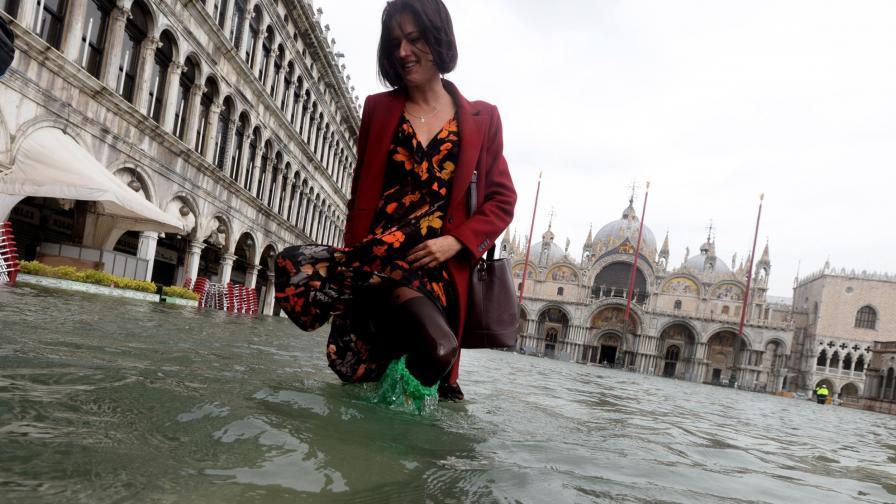"""Венеция наводнена, евакуираха туристи от """"Сан Марко"""""""
