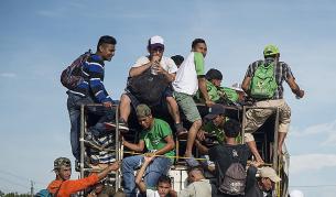 <p>Хиляди мигранти вървят към САЩ, Тръмп прати армията</p>