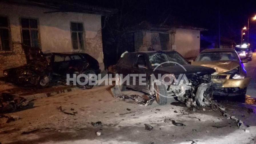 Тежка катастрофа между три коли, има ранени