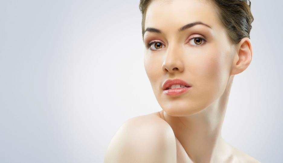 <p><strong>&bdquo;Околоочният крем е безсмислен&ldquo;</strong></p>  <p>Кожата под очите е сред най-тънките, което я прави най-податлива на ранни бръчки и сухота. Хидратацията е от голямо значение, затова винаги търси подхранващи съставки като глицерин или хиалуронова киселина, които помагат на кожата да задържа повече вода, изглеждайки по-гладка. Срещу тъмни кръгове използвай продукти с антивъзпалителни вещества като ниацинамид.</p>