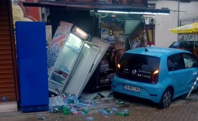 Кола се заби в павилион в столицата