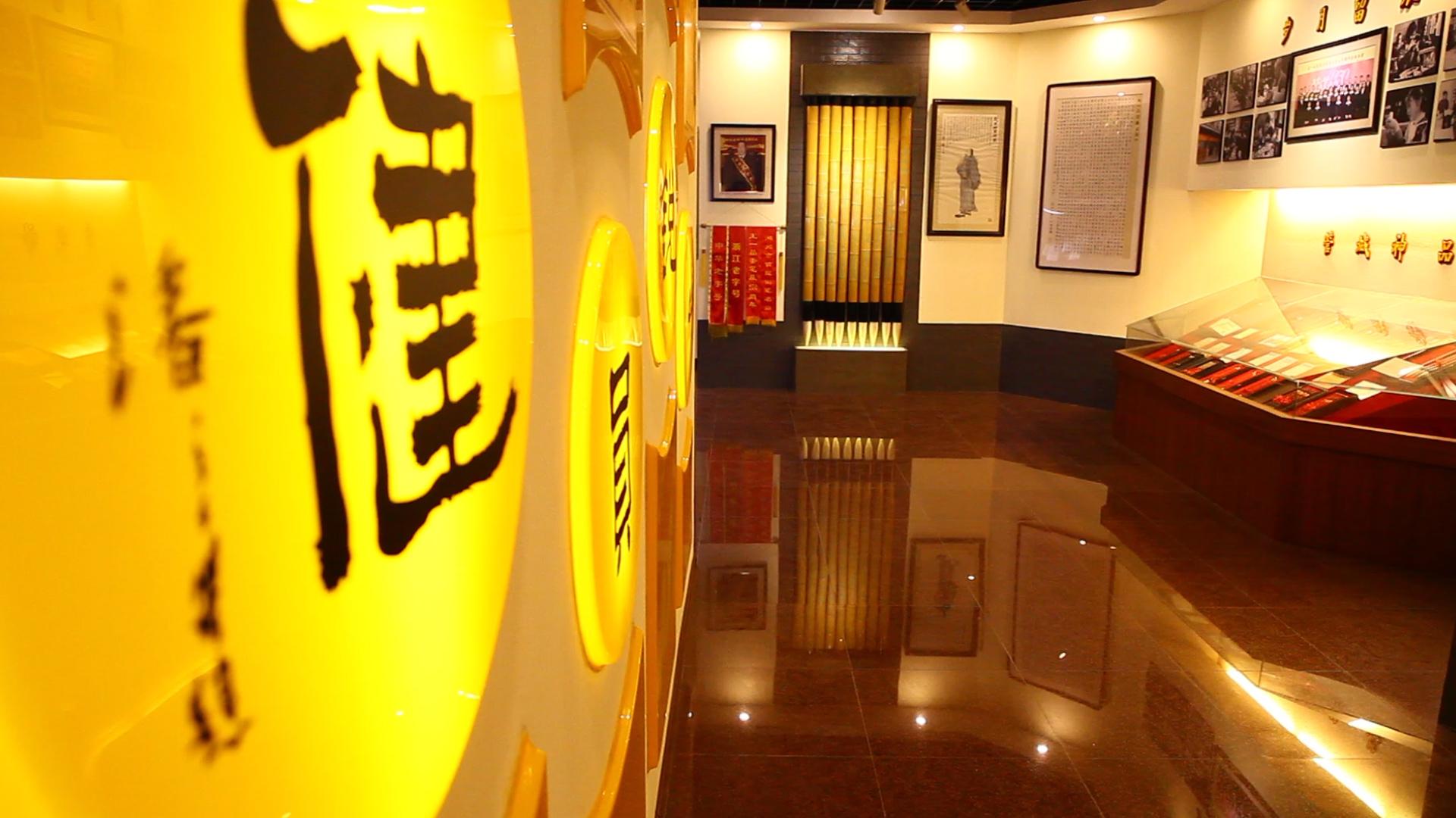 Худжоу е известен с четките за калиграфия. Изработват се в градчето Шанлиан.<br /> Историците са проследили развитието на четката Худжоу назад към династията Чин, 3 в. пр.Хр. В продължение на повече от 2000 години, тези четки били предпочитани от калиграфите в цял Китай заради отличната им изработка и разнообразие от видове. Това са едни от най-разпознаваемите китайски четки, използвани за калиграфия.