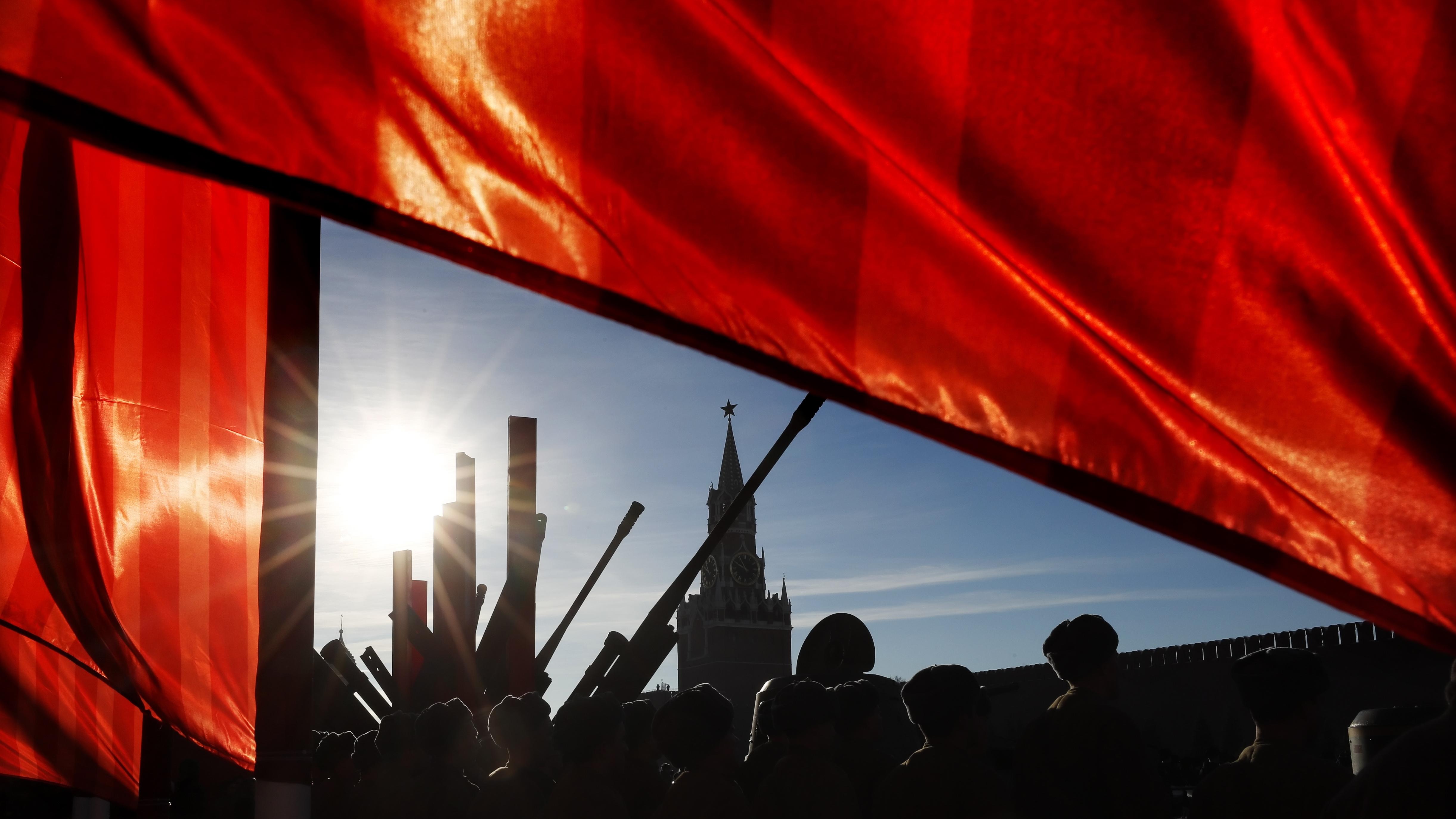 По време на Съветския период, военният парад на 7 ноември бе централен празник на годината, отбелязващ Великата октомврийска революция (Болшевишката революция).
