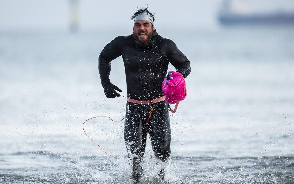 Първият човек в света, обиколил Великобритания с плуване