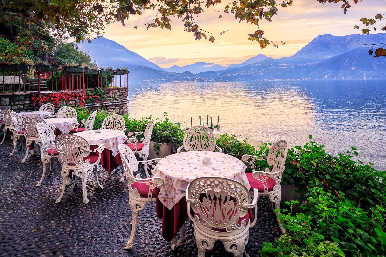 От началото на XIX в. езерото за кратко време придобива славата на средище на така наречената вилна култура (ит. civiltà di villa), което води до строителен бум и възход на елитния туризъм, включително и в наши дни. Така Комо става едва ли не задължителна точка в италианската програмата на много политици и богаташи.