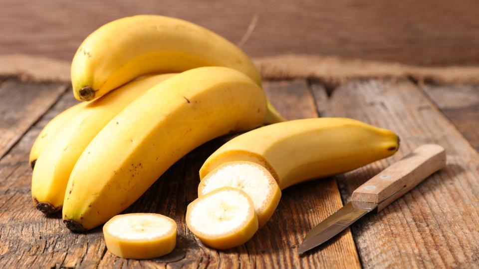 <p><strong>Банани</strong><br /> В състава им има много глюкоза и фруктоза, а освен това и фибри, които позволяват оптимално използване на енергията на въглехидратите. Ако добавите банана към закуската си, ще имате бодрост и сили поне до обяд. Това е отличен вариант и за следобедна закуска, особено при натоварен работен ден.</p>