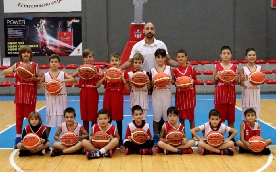 Баскетболният ЦСКА с подаръци от родна компания
