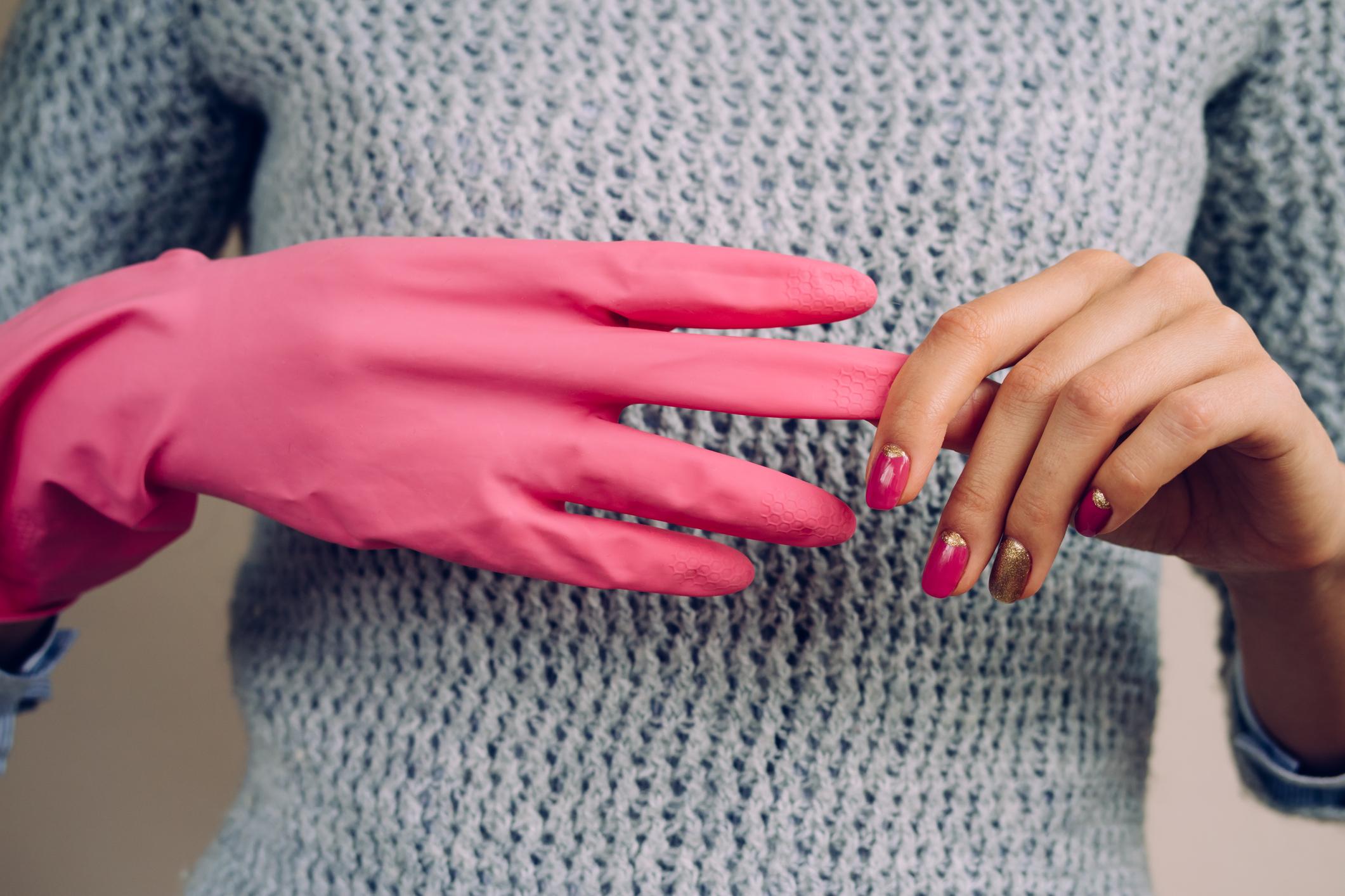 Чифт гумени ръкавици. Нещо толкова елементарно и евтино, но не всички имаме в дома си. Предпазете ръцете си, когато използвате препарати за почистване.