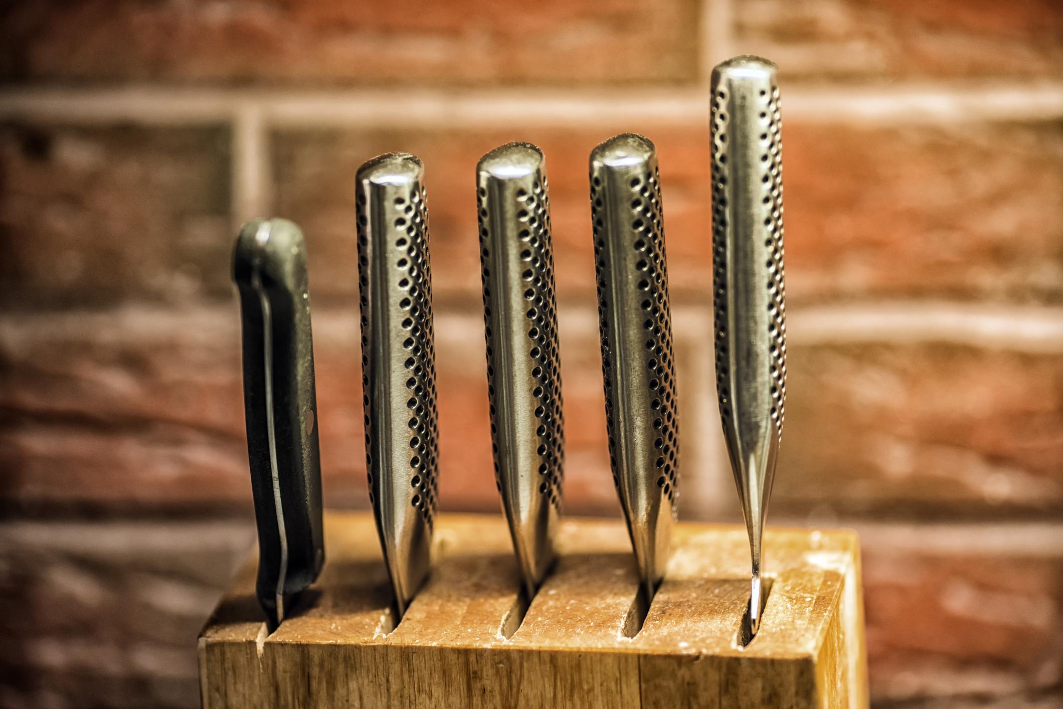 Следващите снимки са насочени към практичността в дома. Всяка домакиня трябва да има поне един комплект с качествени и добре наточени ножове в кухнята си.