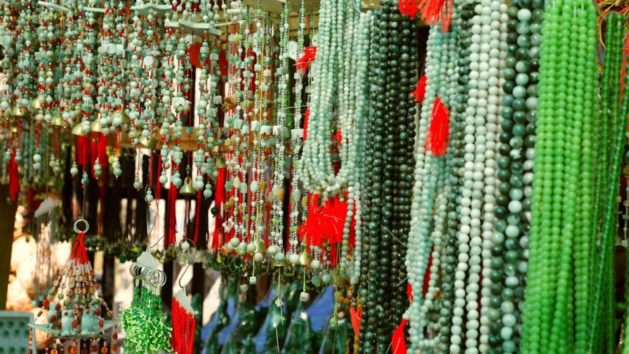 Днес едни от най-големите аукциони на нефрит се провеждат в Хонг Конг, търгове за отличителни късове има и в столицата на Мианмар.