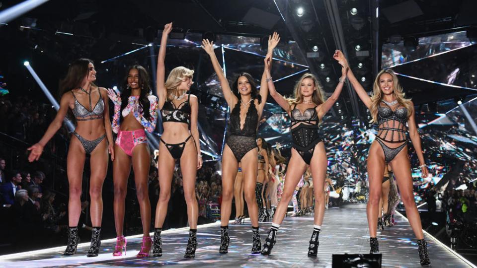 """ВНю Йорксе състоя ежегодното модно дефиле за бельо на култовия брандVictoria's Secret.  Шоуто, чието първо издание се проведе преди 23 години, е едно от най-интересните модни събития в годината. Този път колекцията е в по-мрачни тонове от обикновено, отбелязват Асошиейтед прес и Франс прес.  За разлика от традиционните модни дефилета, в които манекенките не трябва да показват емоции, ангелите на Victoria's Secret се усмихват и контактуват с публиката.  Според сп. """"Харпърс базар"""" тази годинаорганизирането му е струвало 12 милиона долара."""