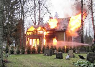Мълния подпали покрива на къща в Родопите