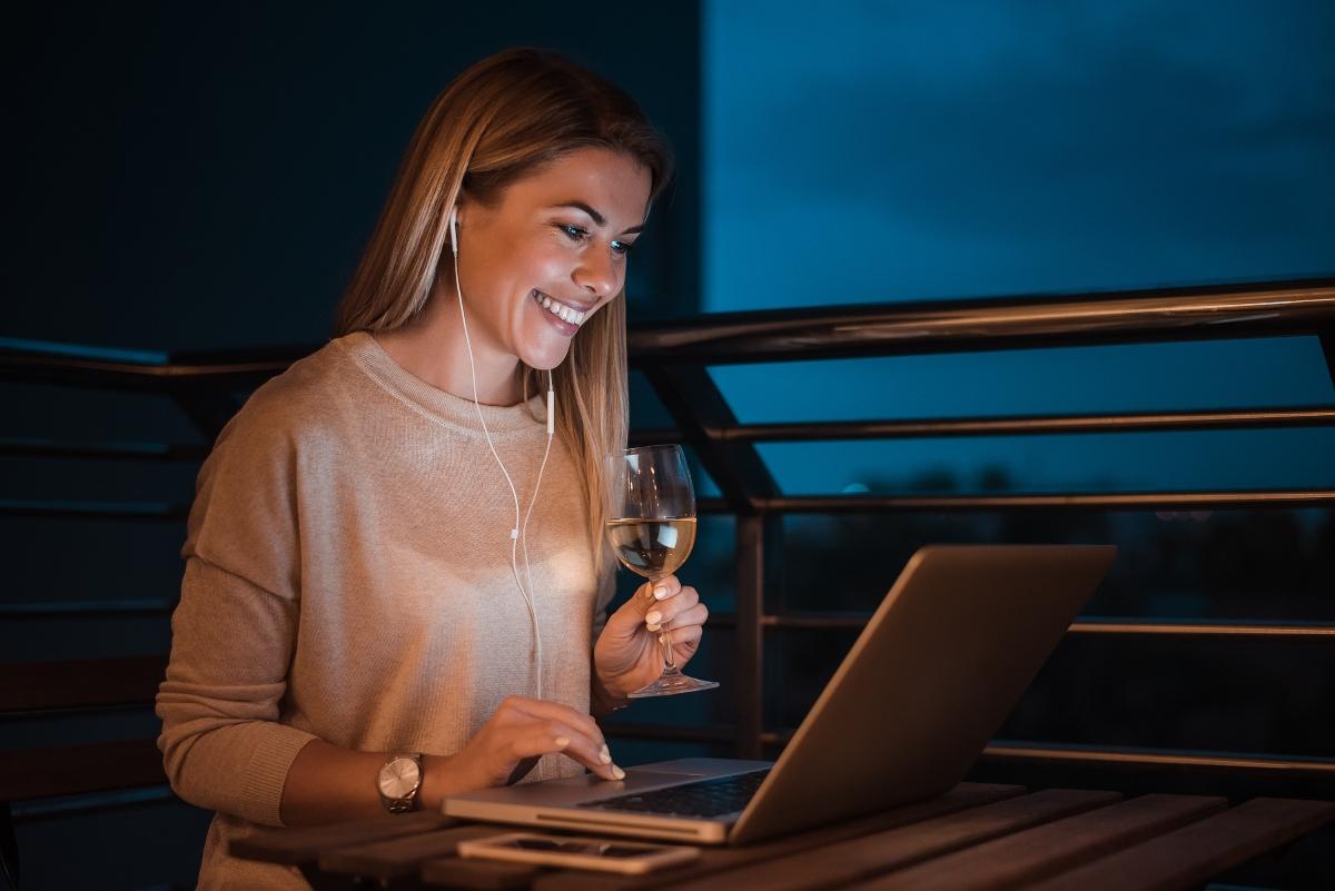 Определете си вечер, в която да изпиете заедно чаша вино, докато говорите в Скайп, Месинджър или предпочитаната от вас форма за дигитална комуникация. Да, знаем - не е същото и не - в Япония все още не са измислили как да се телепортираме, така че - засега ще се задоволим с това.