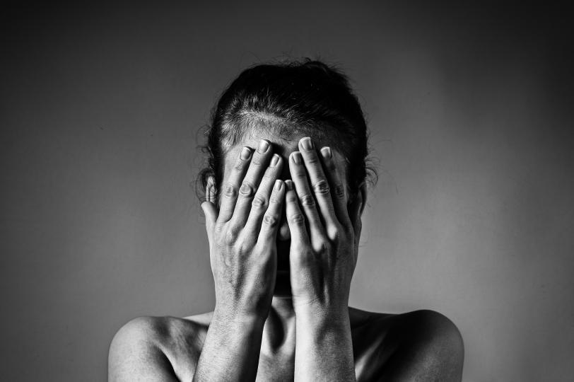 <p><strong>1. Тъгата като предупредителен знак</strong></p>  <p>Тъгата не е само чувство, но и значителна загуба на енергия. Чувстваме вътрешна нужда да отстъпим за известно време, да обмислим нещо, да разберем нещо. По правило това състояние е придружено от известна апатия и умора. Това е логично: тялото е включило нов режим за нас. Тази физическа реакция се задейства от сигнали, които идват от мозъка. Той сякаш ни казва: &bdquo;Прекъснете връзката с всичко, което се случва около вас, фокусирайте се върху вътрешния си &bdquo;Аз&ldquo;. Не ни остава нищо друго, освен да се подчиним: трябва внимателно да анализираме това, което ни притеснява и смущава.</p>