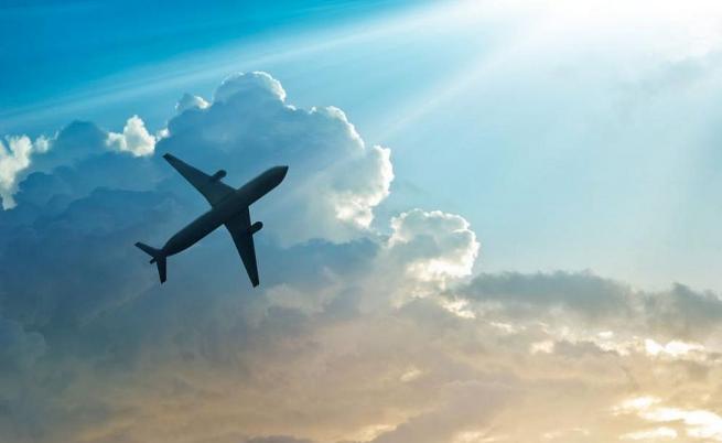 Малък самолет се вряза в жилищна сграда