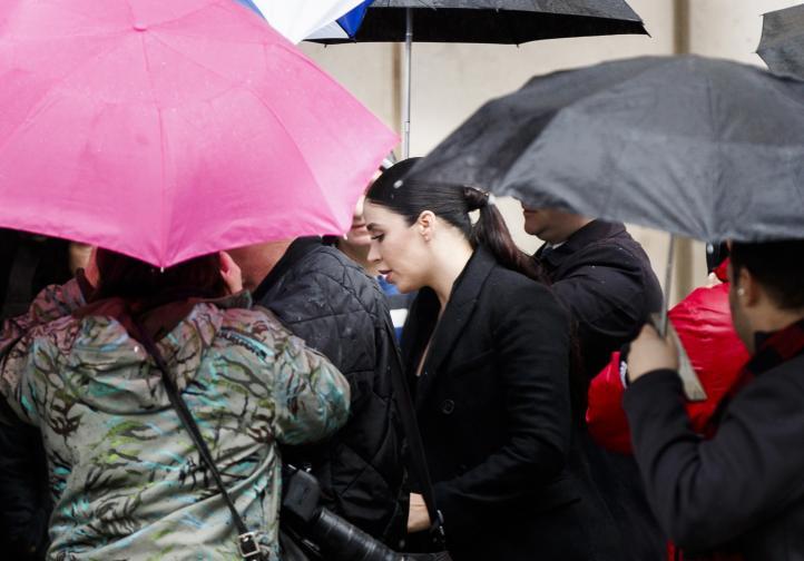 29-годишната Ема Коронел, бивша кралица на красотата, пристигна в съда в Бруклин, където започна процеса срещу сочения за особено жесток и за най-големия наркодилър в света Хоакин