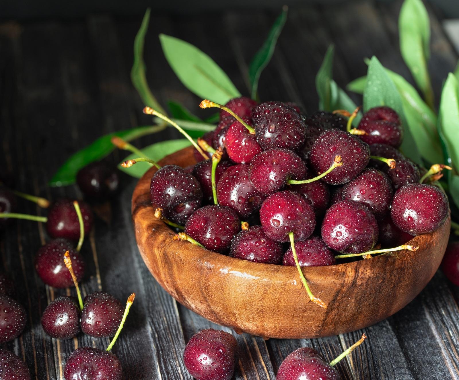 Черешите помагат срещу подагра и артрит. Ако не знаете нищо за тези болести, яжте череши, за да си останете в неведение. Черешите съдържат антиоксиданти, които, освен за здравето, се грижат и за красотата ви. Закусвайте с тях сутрин, яжте ги вместо следобеден шоколад, изобщо – злоупотребявайте с тях както намерите на добре.