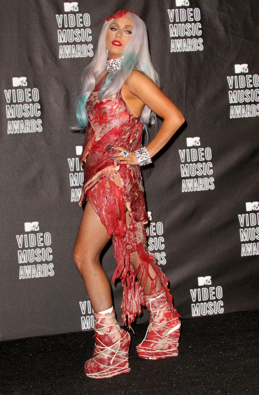 Певицата Лейди Гага в скандалния си период, когато всяка нейна поява предизвикваше огромна вълна от коментари и реакции в мрежата и в медиите.