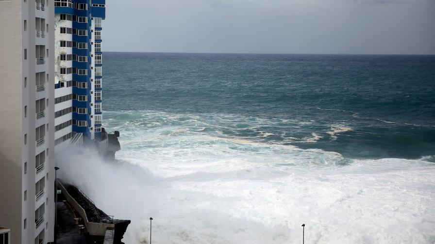 Огромни вълни рушат сгради в Тенерифе