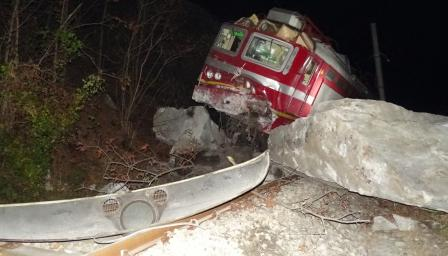 <p>Скала падна върху влак, какво е състоянието на ранените</p>