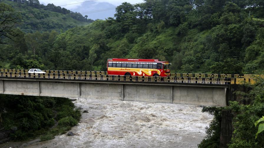 Автобус падна в Индия, много ученици сред жертвите