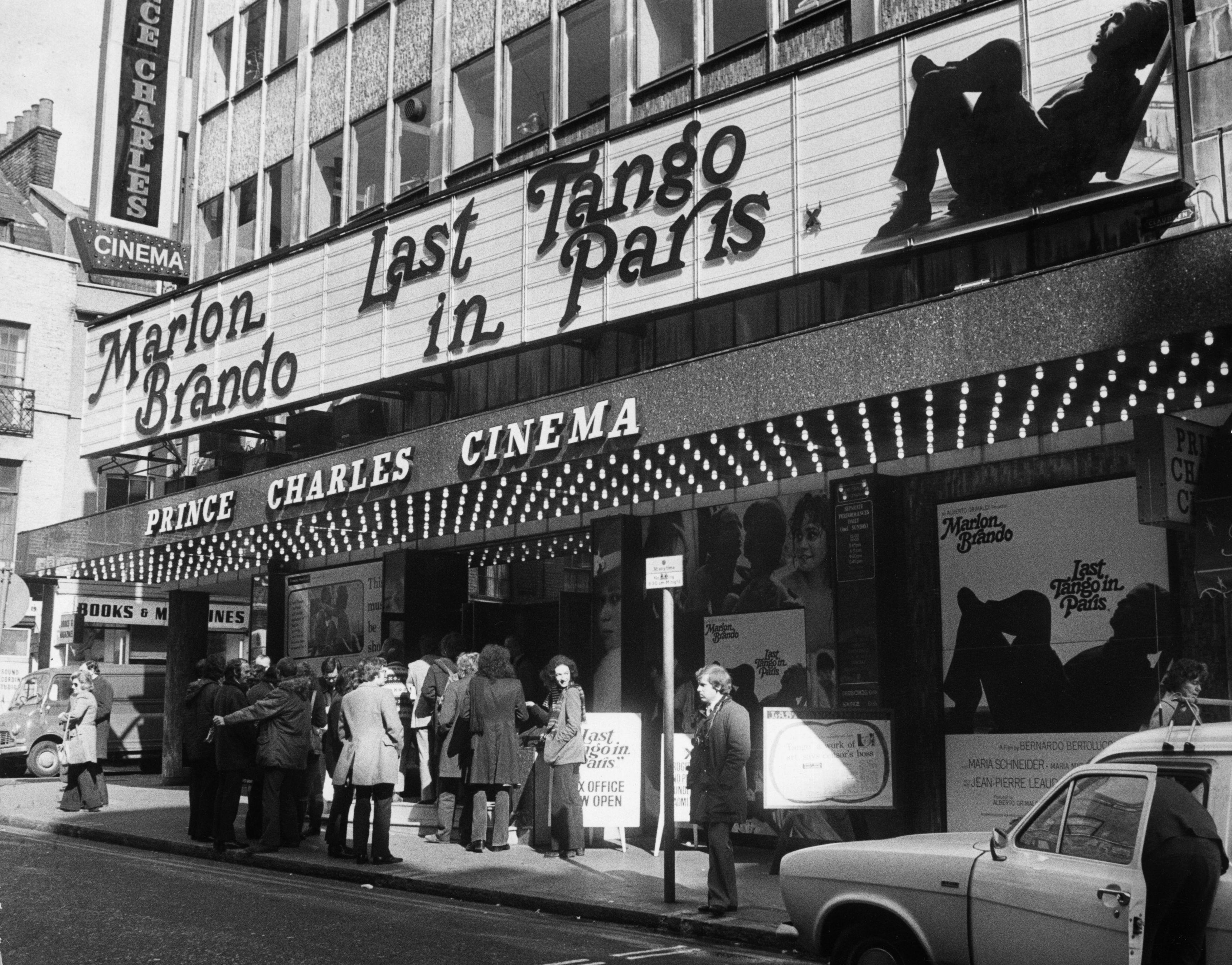 Преминавайки през цензура, филмът достига скандален касов успех, като това допринася да се възвърне блясъкът на поизбледнялата вече звезда на главния актьорМарлон Брандо. Бертолучи позволява на Брандо да импровизира в някои от сцените и да използва опита си от предишни роли.