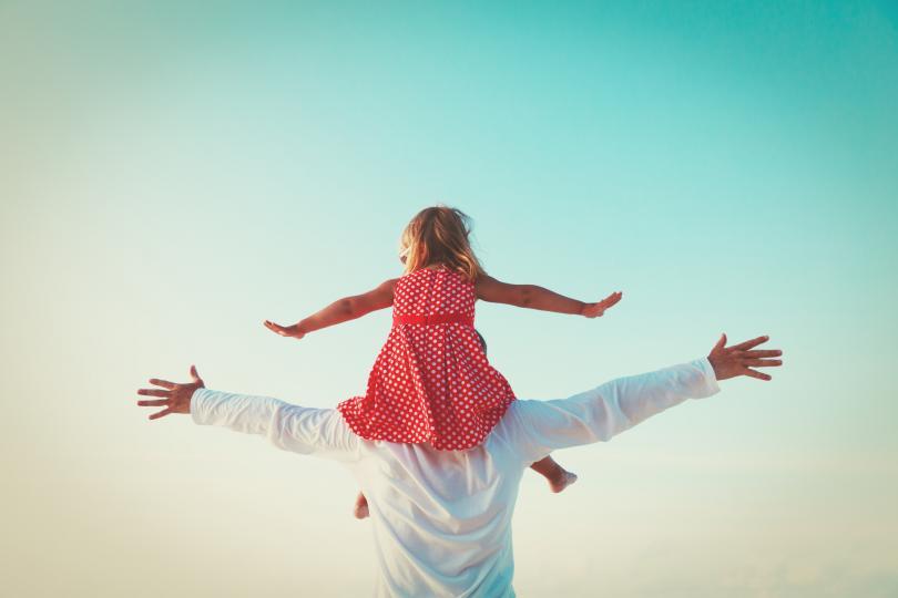 """<p>Ясно й обясни кое мъжко поведение е приемливо и кое&nbsp; - не. Не спирай да й повтаряш, че тялото, мислите и свободата са си нейни и всеки, който се опитва да й ги вземе, е насилник.</p>  <p><a href=""""https://www.edna.bg/pod-zavivkite/5-priznaka-che-myzhyt-vi-e-emocionalen-psihopat-4642648"""" target=""""_blank"""">Припомнете си и чертите на мъжете &ndash; насилници, за да ги разпознавате още при първите признаци &gt;&gt;&gt;</a></p>"""