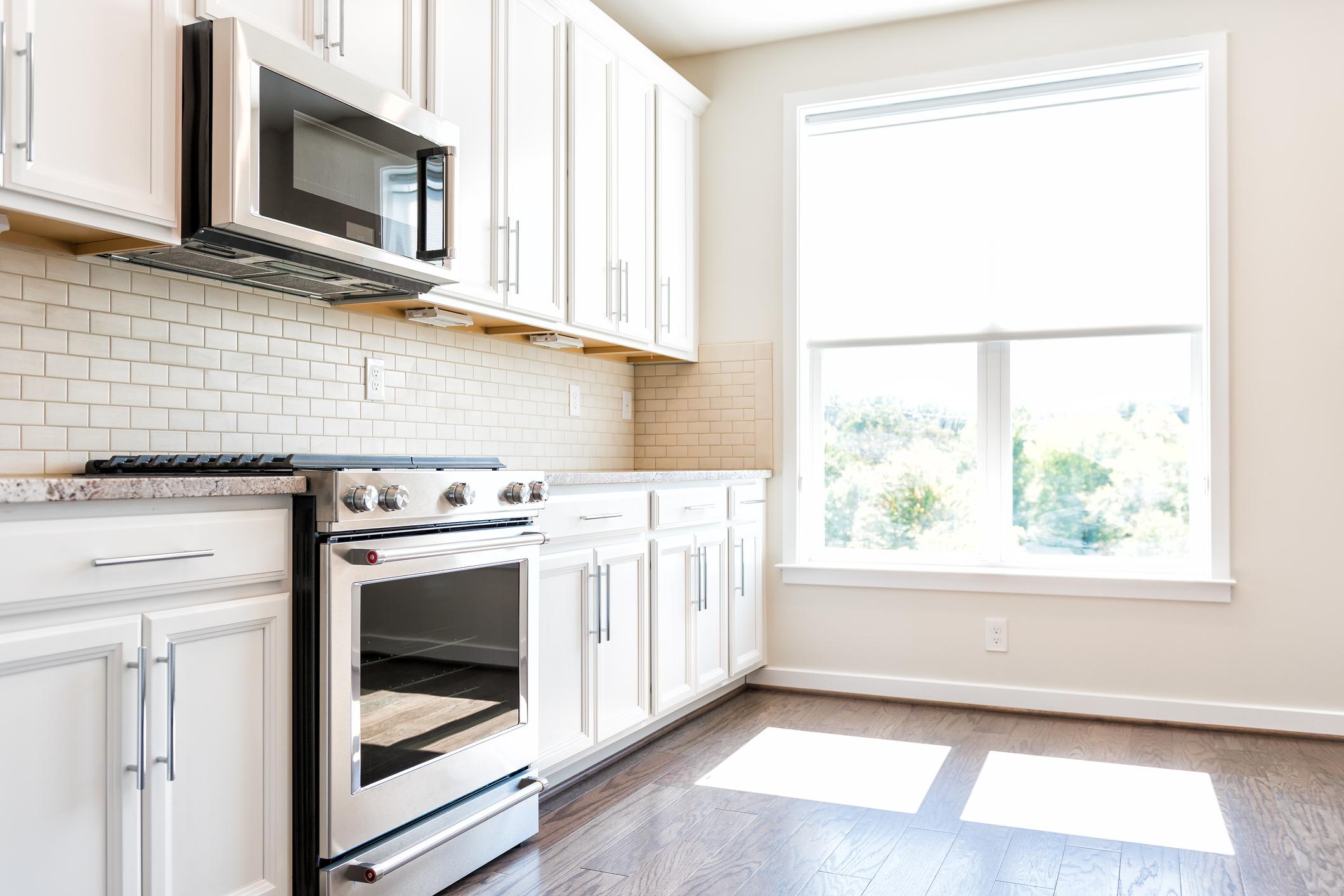 Ако печката ви не е вградена, дръпнете я, за да почистете под и зад нея. Няма да повярвате, когато видите колко мръсотия се е натрупала.