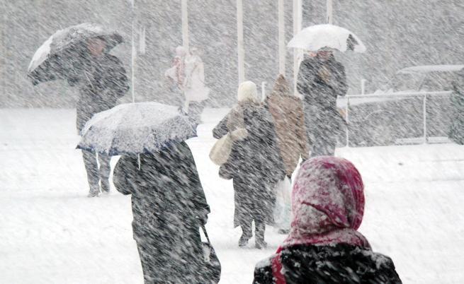 Студ и сняг, жълт и оранжев код в цяла България