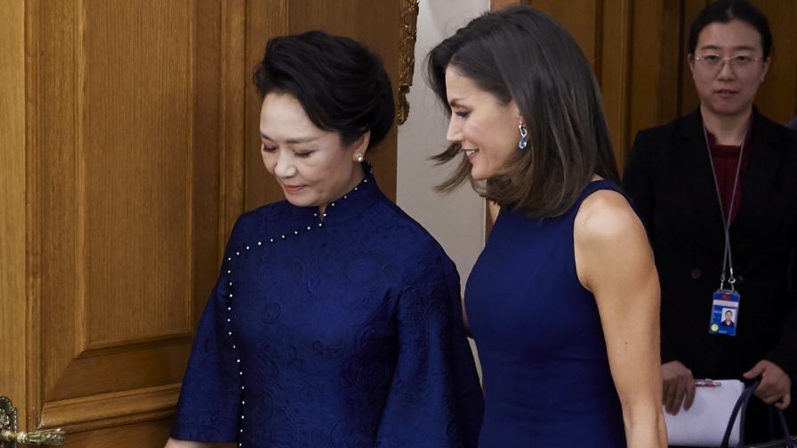 Кралица Летисия с неотразима рокля в синьо. Вижте я