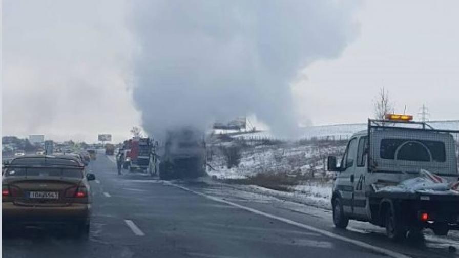<p>&nbsp;Автобус се запали на магистрала &bdquo;Тракия&rdquo;</p>